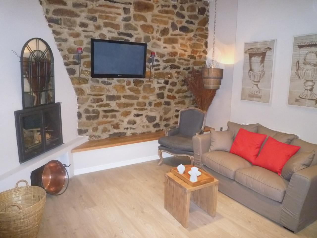 imagen de la sala de estar y la chimenea en el hotel rural el encanto del