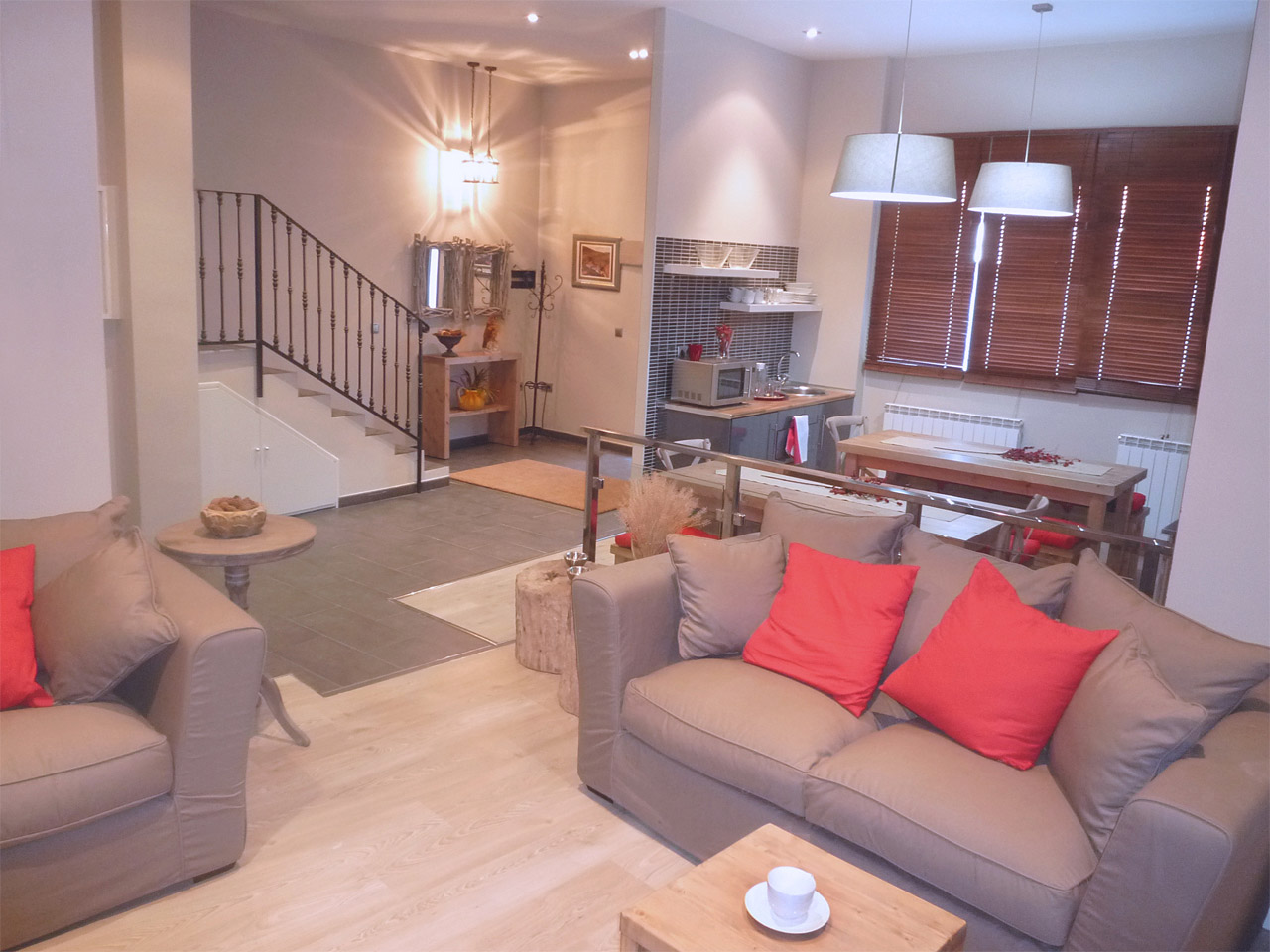 imagen de la sala de estar y la escalera de acceso a las en el